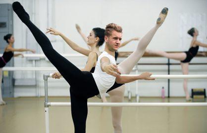 Puscas, dat afara de la balet, in copilarie, pentru ca isi lovea cu piciorul ceilalti colegi la repetitii